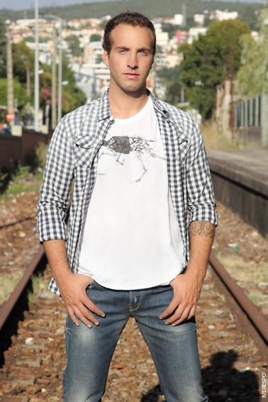 T-shirt Raw; Camisa Red Soul; Jeans Replay