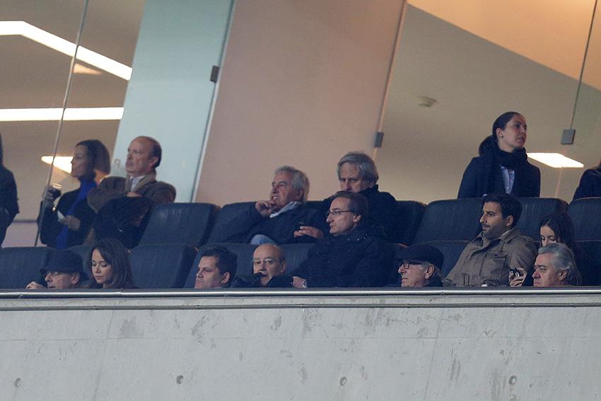 Pinto da Costa rodeado pela família no camarote presidencial do Estádio do Dragão