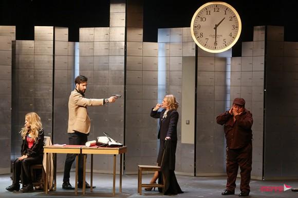 Os atores durante a peça