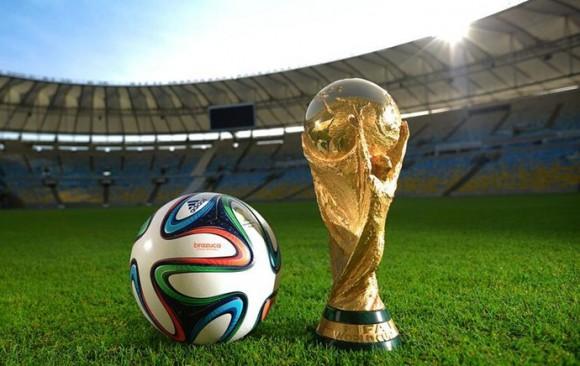 Brazuca e a taça da Copa do Mundo no Maracanã: símbolos do Mundial de 2014 (Foto: Divulgação / Fifa.com)