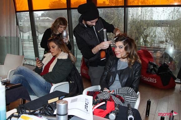 Rita Ferro Rodrigues e Raquel Strada estudam o programa enquanto lhes arranjam o cabelo