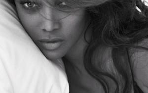 11fev2013---a-cantora-ciara-exibe-decote-ousado-em-ensaio-pillow-tweets-da-dupla-de-fotografos-mert-alas--marcus-piggott--para-a-w-magazine-1392145171478_300x420