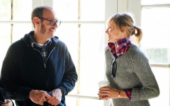 A atriz em conversa com o fotógrafo Terry Richardson, que fotografou a nova campanha da marca
