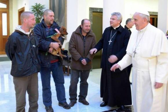 Papa tomou o pequeno-almoço com sem-abrigo no dia do seu aniversário