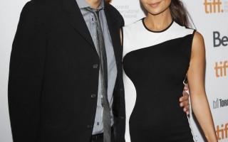 Thandie Newton e o marido, Ol Parker, deram as boas-vindas a Brooker em março.