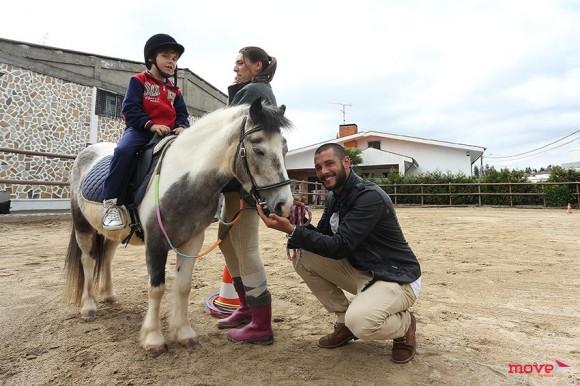 Pedro Barroso com uma das crianças e a terapeuta, Andreia Silva