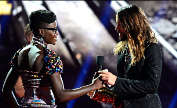 Lupita Nyong'o entrega prémio a Jared Leto