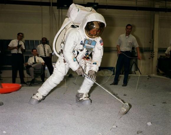 Neil A. Armstrong treina enquanto é observado por técnicos da NASA (Foto: Arquivo/NASA)