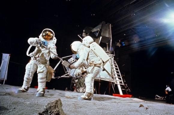 Astronautas simulam atividades em superfície criada pela NASA (Foto: Arquivo/NASA)