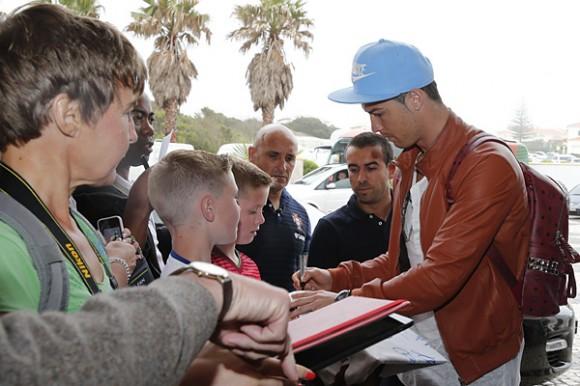 Ronaldo distribui autógrafos