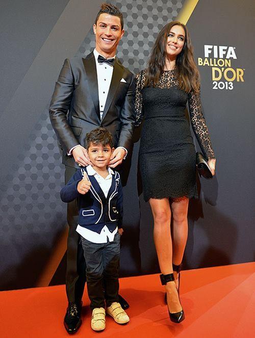 Cristiano Ronaldo com o filho e a então namorada Irina Shayk numa Gala de entrega da Bola de Ouro