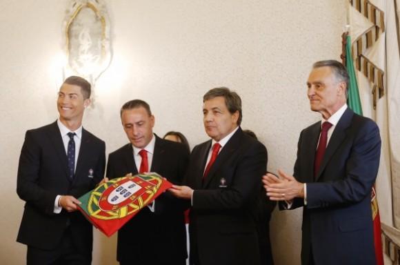 Fernando Gomes, Paulo Bento e Cristiano Ronaldo recebem bandeira de Portugal