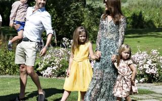 Kongefamilien samlet på Gråsten Slot stiller op til familiefotografering, Kongefamilien, Kronprinsesse Mary, Prins Felix