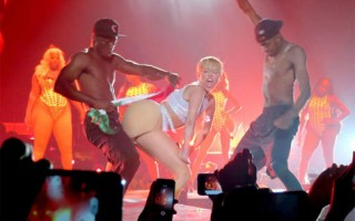 Miley bandeira mexico
