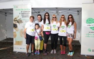APO -Aurora Cunha, Claudia Jacques e Carla Ascen+º+úo com grupo de amigas