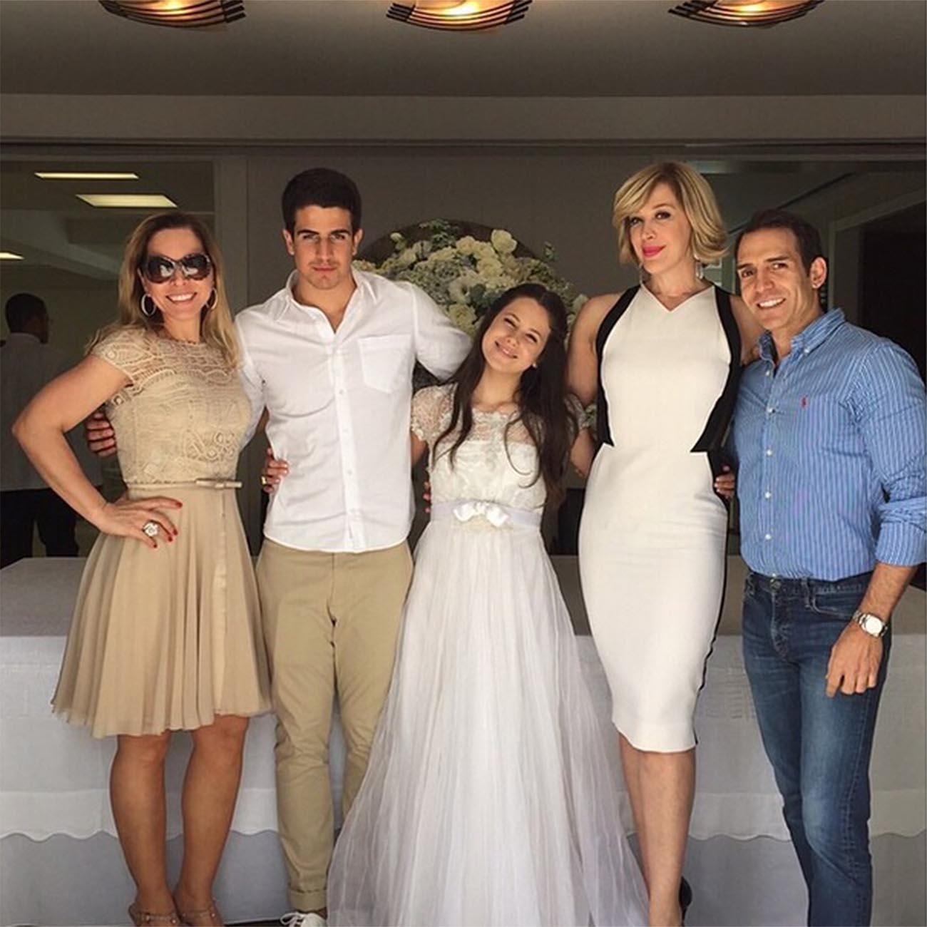 Cláudia Raia celebra primeira comunhão da filha - MoveNotícias 4b3830e7b73