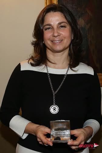 Duquesa de Bragança com a caixa que recebeu do primeiro ministro com a chave das futuras instalações pediátricas