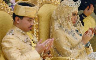 O filho do sultão do Brunei, o princípe Abdul Malik, e segundo herdeiro ao trono casou-se com Dayangku Raabi'atul 'Adawiyyah Pengiran Haji Bolkiah numa extravagante festa, que durou 11 dias.
