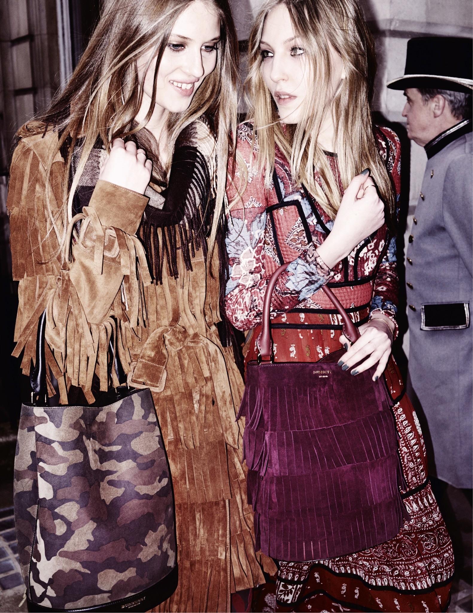 Florence Kosky e Ella Richards (à direita) no making of da campanha da Burberry
