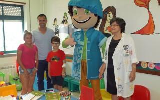 Pauleta e joaozinho visitam as crianças que se encontram internadas no Servico de Pediatria do Hospital do Divino Espírito Santo