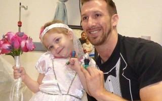 Paciente com leucemia, Abby trocou alianças (de pirulito) com Matt Hickling