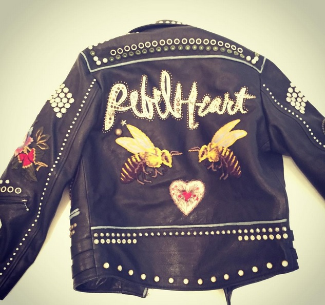 Um casaco com a assinatura da Gucci