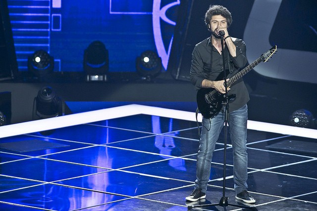 "O rock do Pedro Maceiras com ""Plug in Baby"" conquistou os 4 mentores"