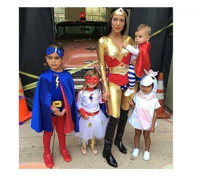 Kourtney Kardashian com os filhos e a sobrinha