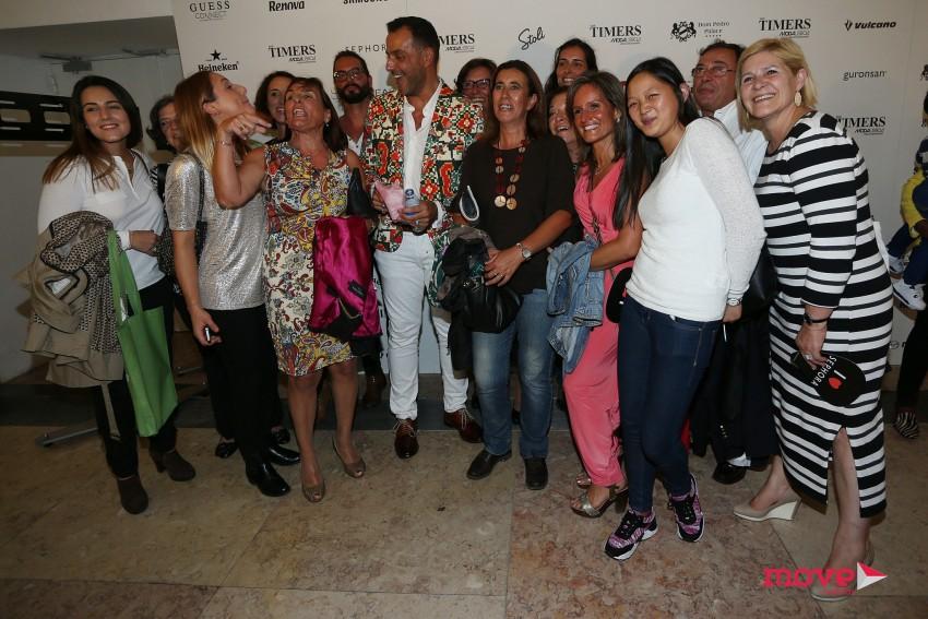 Nuno Gama rodeado de fãs