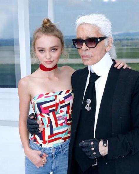 A jovem com o diretor criativo da Chanel, Karl Lagerfeld