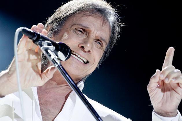 """- O cantor brasileiro Roberto Carlos tem várias superstições, sendo a mais conhecida a de só se vestir de azul e branco. Além disso, o """"Rei"""" também tem aversão ao número 13, chegando mesmo a não marcar espetáculos nesse dia."""