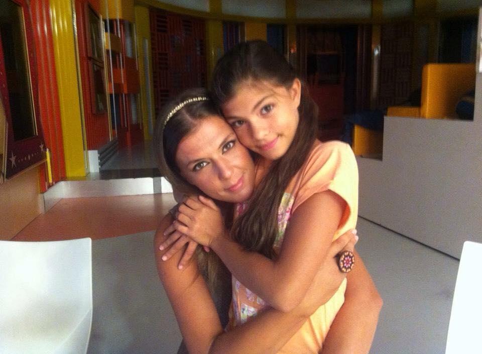 Romana com a filha, Ísis