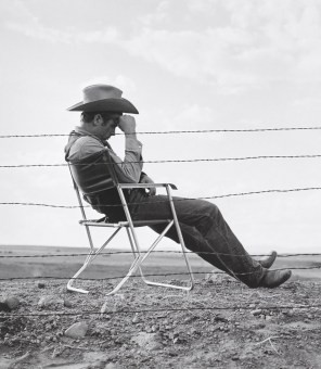 worthf_james-dean-seated-behind-fence-set-of-giant_x340