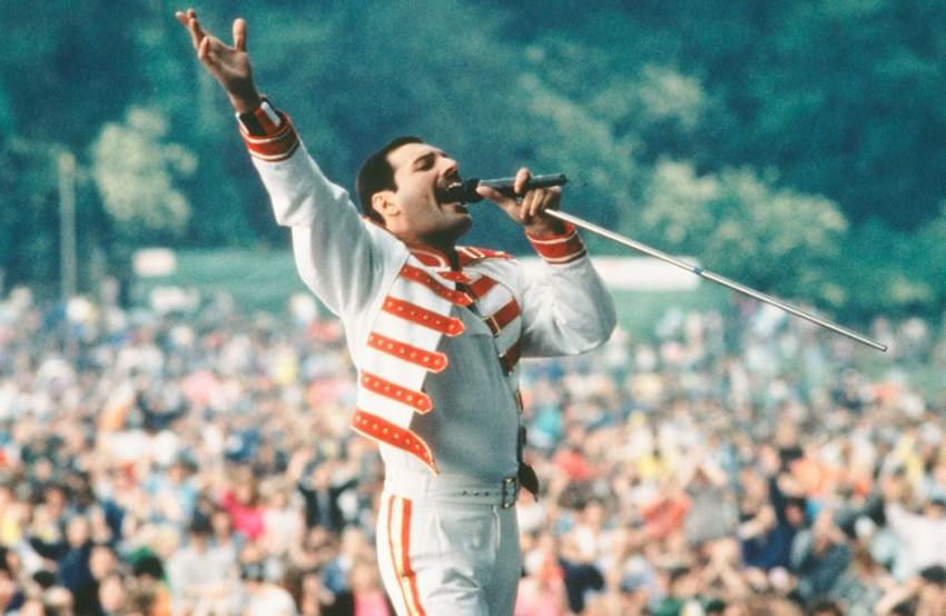 Freddie Mercury, vocalista dos Queen, faleceu vítima da doença em 1991, dias depois de ter tornado público o seu problema.