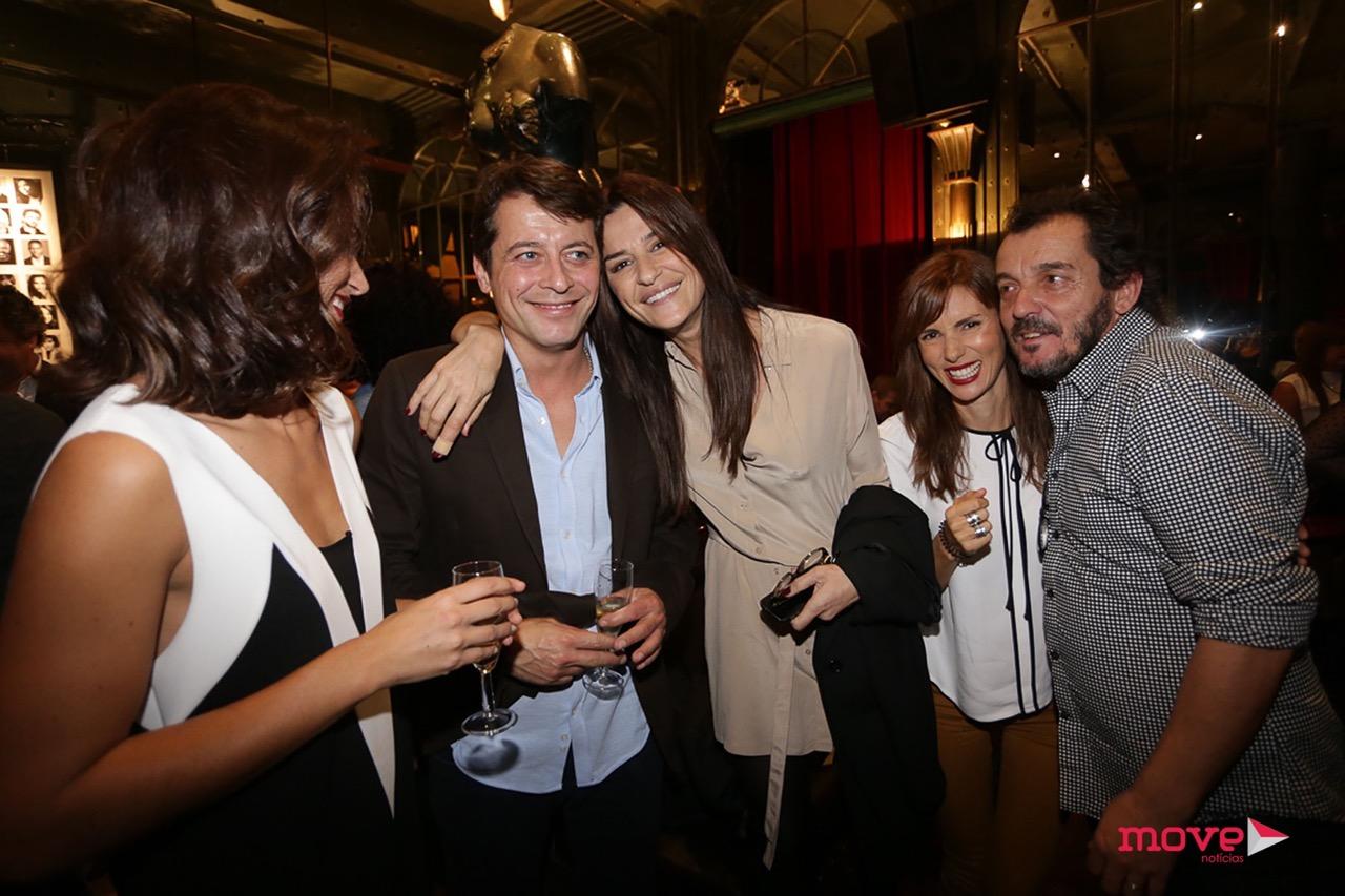 O ator com os colegas de elenco