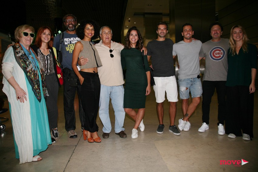 Os atores antes da partida para Moçambique
