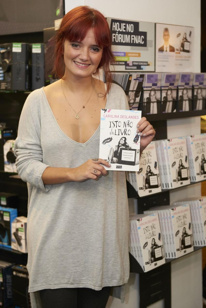 Carolina Deslandes com o livro