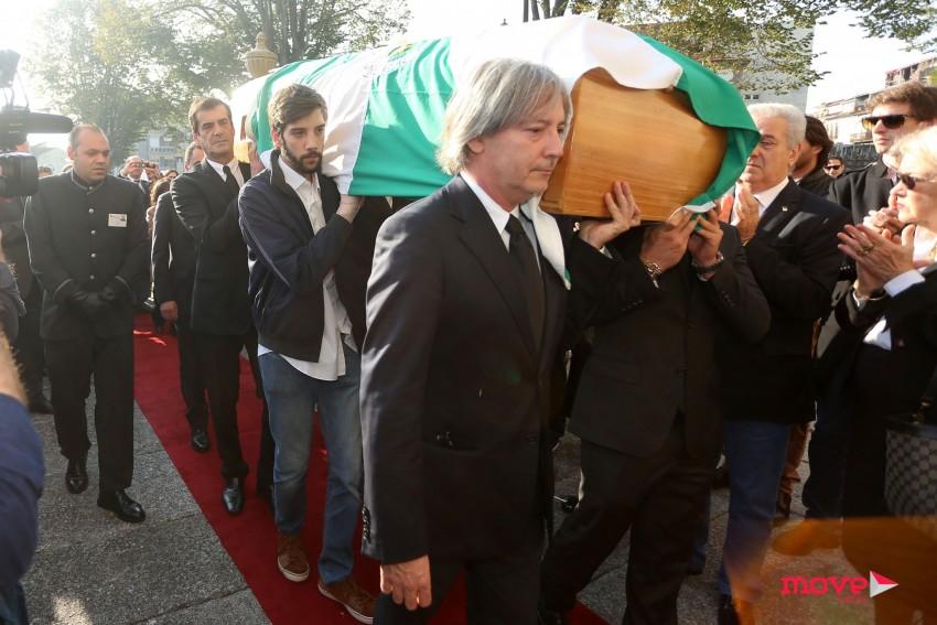 O presidente da câmara ajudou a carregar o caixão