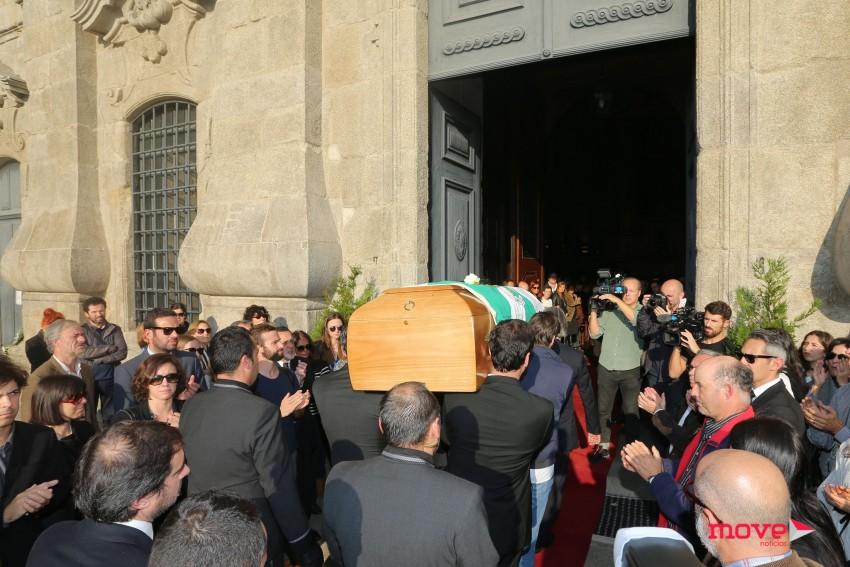 O caixão a entrar na igreja da Lapa, onde se realizou a missa de corpo presente