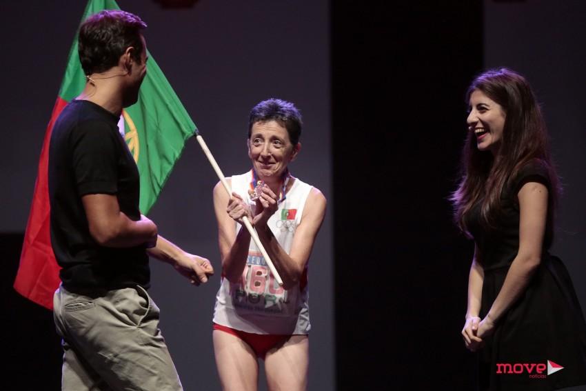 Rosa Mota com a medalha olímpica e a bandeira portuguesa