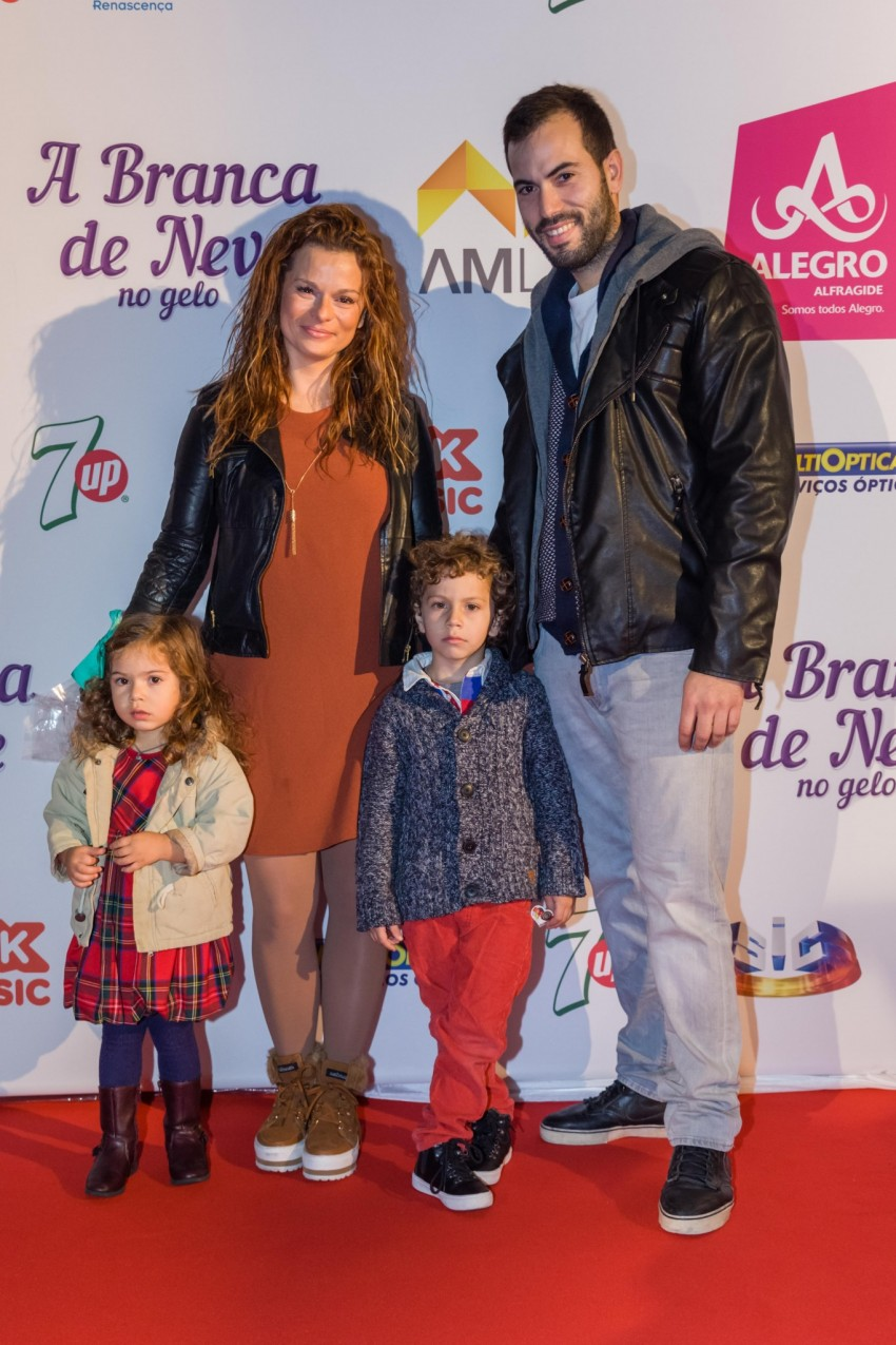 Rita Mendes com os filhos, Afonso e Luz, e o namorado Hugo Caetano