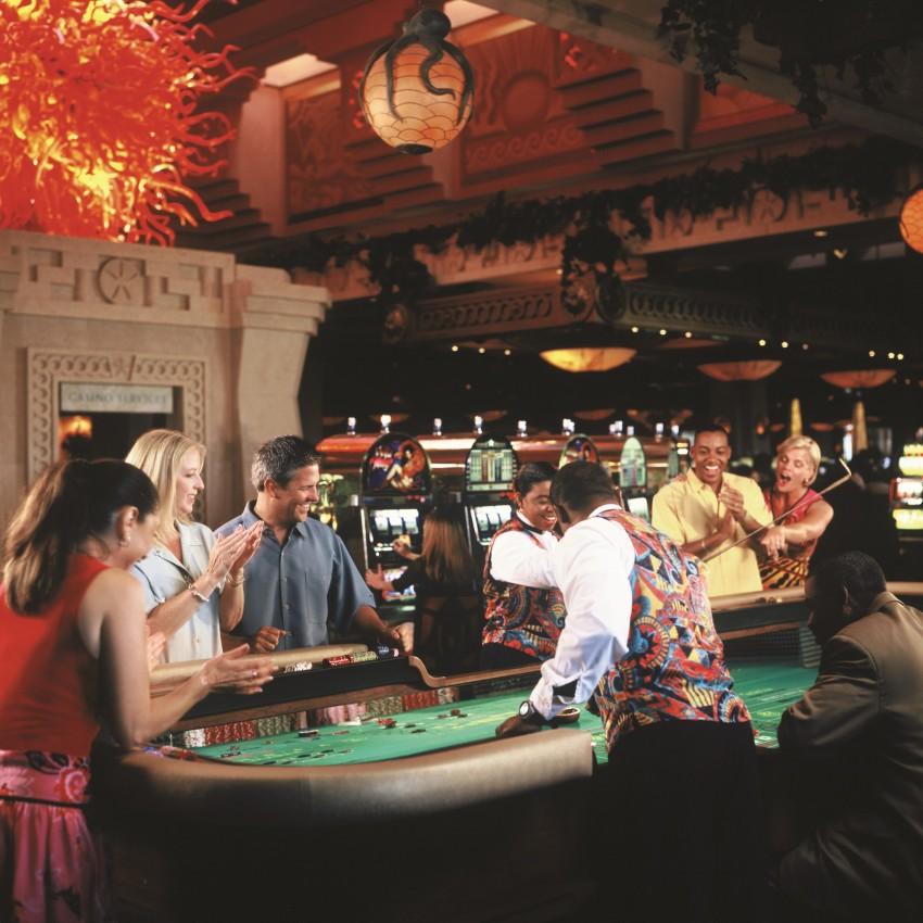 Um parque aquático, 11 piscinas e acesso gratuito ao casino. É assim no Atlantis Royal Towers, localizado nas Bahamas. O casino do hotel é atualmente a sede do Poker Stars Caribbean Adventure e proporciona aos seus hóspedes aulas para que estes aprendam a modalidade. Uma particularidade deste hotel é que as próprias chaves do quarto servem como crédito para que os jogadores possam apostar.