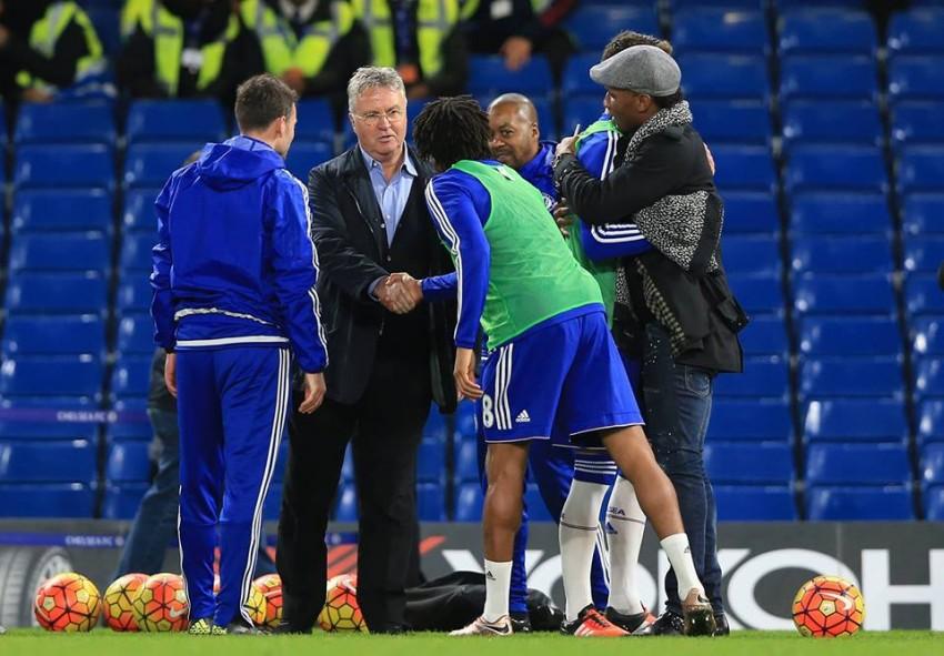 Guus Hiddink, o novo treinador, cumprimentou os jogadores depois do jogo. Didier Drogba também esteve no estádio para apoiar a equipa.