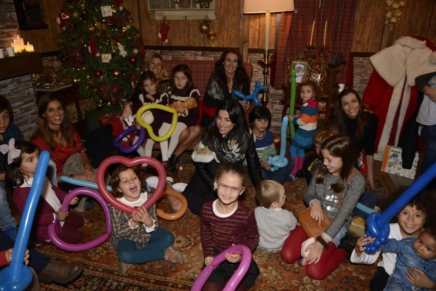 Ambiente geral com as crian+ºas na Casa do Pai Natal