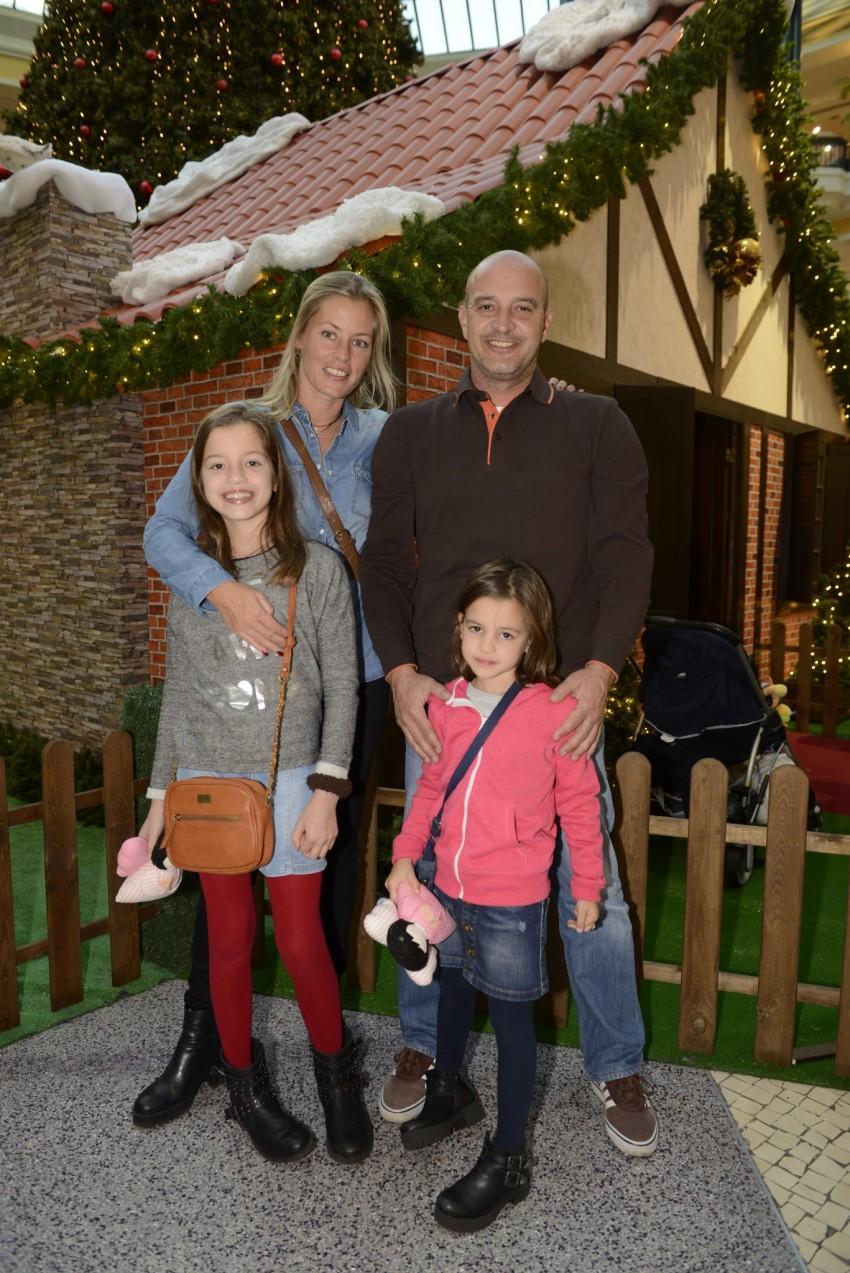 Bárbara Elias e Nuno Graciano com as filhas, Matilde e Maria