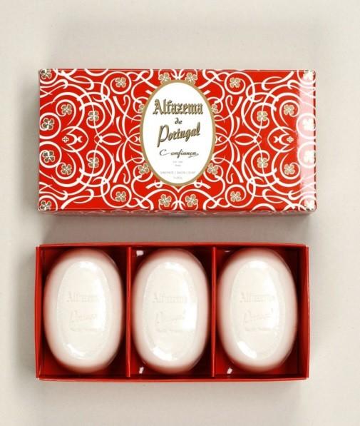 Caixa de três sabonetes com aroma de alfazema, Confiança. À venda nas lojas A Vida Portuguesa por 20,60 euros