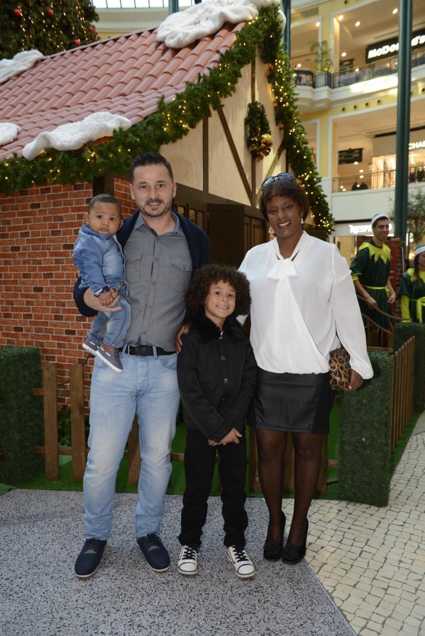 Isaac Carvalho com os pais e o irmão