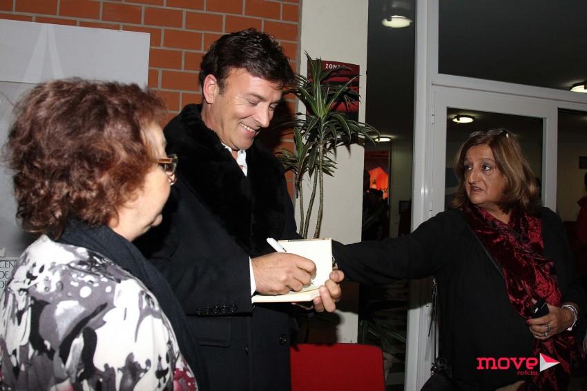 Tony Carreira distribuiu autógrafos