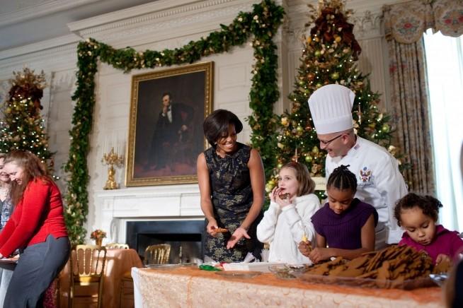 Michele Obama e o chefe Bill Yosses fizeram doces com crianças em 2010