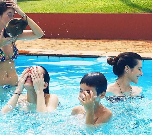 Os irmãos divertidos na piscina